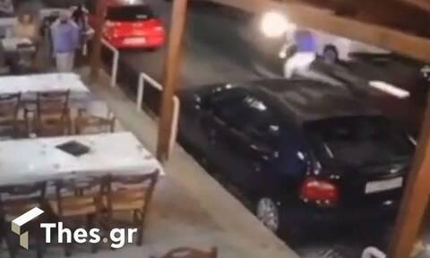 Συγκλονιστικό βίντεο: Μηχανή παρέσυρε σερβιτόρο – Στην εντατική χαροπαλεύουν δύο άνθρωποι