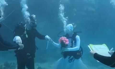 Ο πιο ξεχωριστός γάμος έγινε στον βυθό της θάλασσας! (video)