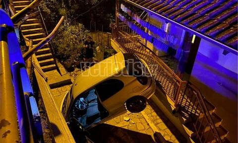 Τρομακτικό τροχαίο στη Βέροια: Αυτοκίνητο προσγειώθηκε σε αυλή σπιτιού (pics)