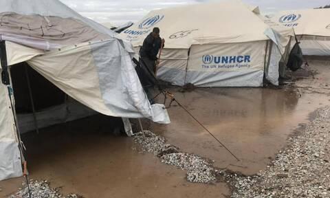 Καρά Τεπέ: Σε λασπότοπο μετατράπηκε το ΚΥΤ - Απίστευτες εικόνες μετά τις βροχές