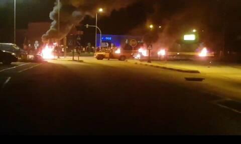 Επεισόδια με φωτιές και στα Τρίκαλα για το θάνατο 18χρονου Ρομά (pics)