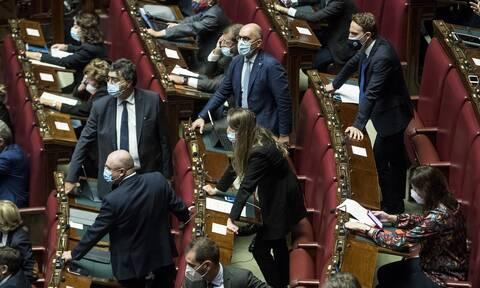 Πολιτικοί και πανδημία: Τα πρόσωπα που μολύνθηκαν από τον κορονοϊό