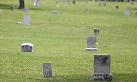 Δεκαπεντάχρονο κορίτσι κάνει τα μαθήματα της σε νεκροταφείο!