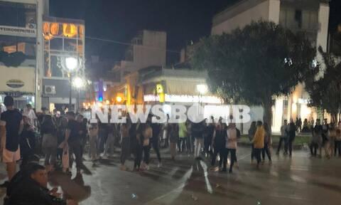 Κορονοϊός: Ποια μέτρα; Ασφυκτικά γεμάτη η πλατεία του Βόλου (pics)