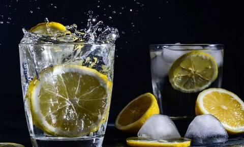 Γιατί πρέπει να σταματήσετε να βάζετε φέτα λεμονιού στο ποτό σας