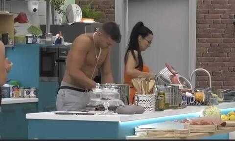 Big Brother: Νέα προκλητικά πλάνα - Η Χριστίνα πιάνει τα  σημεία του Παναγιώτη (pics)