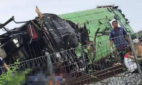 Ταϊλάνδη: Τρομακτικό δυστύχημα με 17 νεκρούς - Σύγκρουση λεωφορείου με τρένο