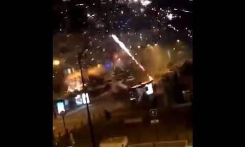 Απίστευτες εικόνες στο Παρίσι: Επίθεση με πυροτεχνήματα σε αστυνομικό τμήμα