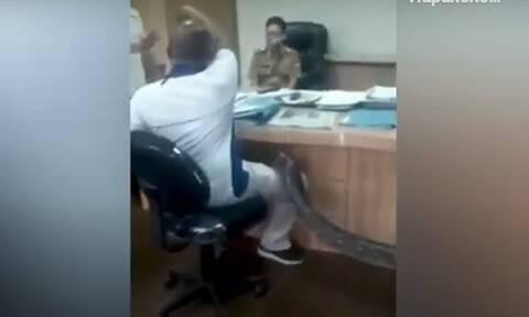 Απίστευτο: Εργολάβος πήγε με πύθωνα σε υπουργείο! (video)