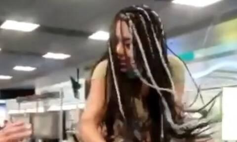 Ήθελε να μπει ξυπόλητη σε αεροπλάνο, δεν την άφησαν και... τρελάθηκε! (vid)