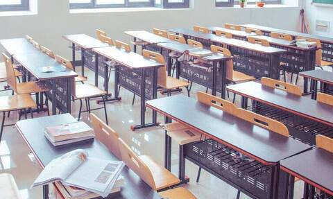 Σάλος: Ακόλαστη δασκάλα έκανε σεξ με δυο μαθητές της (pic)