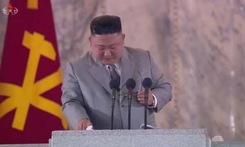 Κιμ Γιονγκ Ουν: Ξέσπασε σε κλάματα σε ομιλία του – Τι του συνέβη; (vid)
