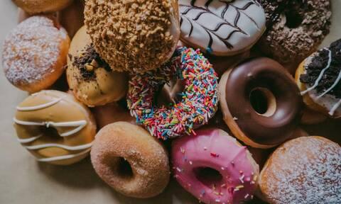 Τρώτε πολύ ζάχαρη; Σημάδια που θα σας το μαρτυρήσουν