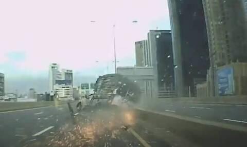 Απίστευτο τρακάρισμα: «Ανατινάχτηκε» το λάστιχο φορτηγού στην εθνική! (vid+pics)