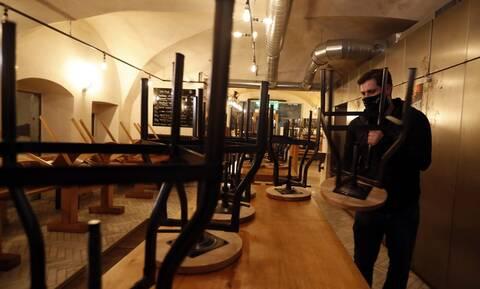 Κορονοϊός: Έκρηξη κρουσμάτων στην Τσεχία - Κλείνουν μπαρ, εστιατόρια και κλαμπ