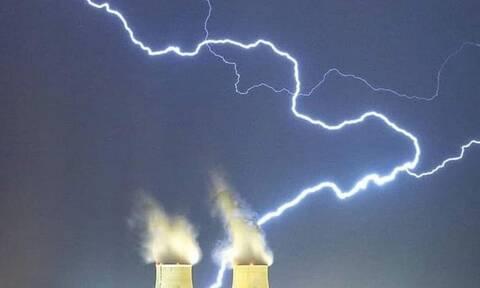 Κακοκαιρία: Εντυπωσιακή φωτογραφία - Κεραυνοί χτυπούν εργοστάσιο
