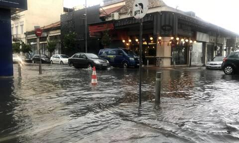 Καιρός: Η κακοκαιρία «χτυπάει» την Αττική - Πλημμύρισαν δρόμοι (pics & vids)