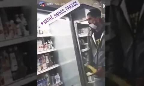 Σάμος: Μετανάστες γλύφουν τρόφιμα σε σούπερ μάρκετ και τα ξαναβάζουν στη θέση τους (vid)