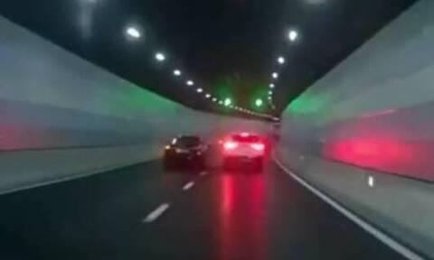 Σοκαριστική σύγκρουση αυτοκινήτων μέσα σε σήραγγα (vid)