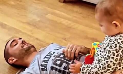 Τραγουδιστής με ανίατη ασθένεια κάνει ασκήσεις με την κορούλα του και συγκλονίζει