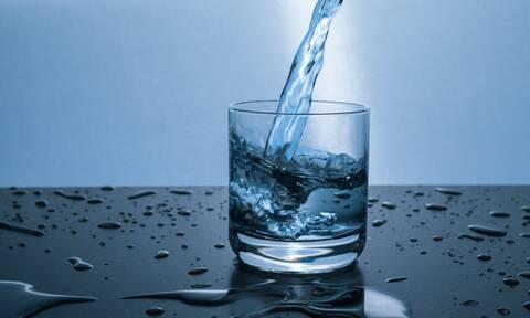 Τι μπορείτε να κάνετε με νερό, ποτήρια κι ένα μπαλάκι