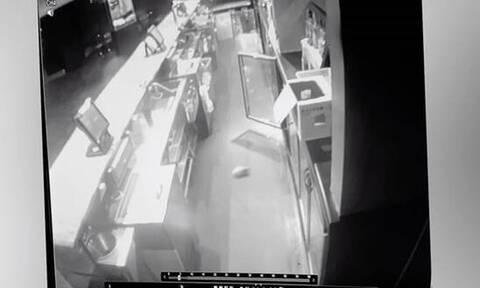 Κάμερα ασφαλείας: Η πόρτα ανοίγει μόνη της και προκαλεί ανατριχίλα!