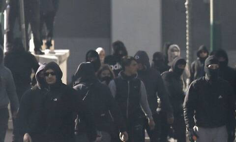 «Ντου» κουκουλοφόρων σε αγώνα πόλο εφήβων – Συνοδεία αστυνομίας έφυγαν νεαροί αθλητές