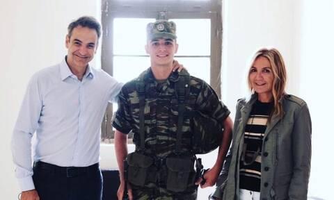 Περήφανοι γονείς! Νέα φωτογραφία του πρωθυπουργικού ζεύγους με τον γιο τους στον Έβρο