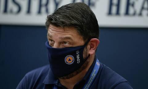 Κοζάνη: Τι λέει ο παραγωγός της λαϊκής που «τα άκουσε» από τον Χαρδαλιά για τη μάσκα