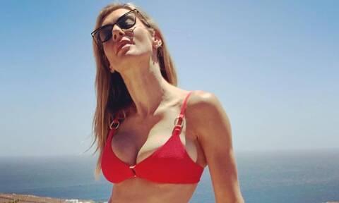 Ζέτα Δούκα: Φόρεσε το πιο hot, κόκκινο φόρεμα και το σώμα της είναι θεϊκό