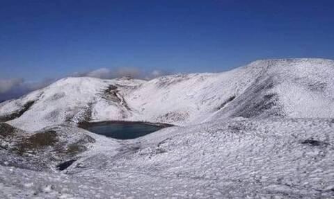 Καιρός: Έπεσαν τα πρώτα χιόνια στις κορυφές του Γράμμου (video)