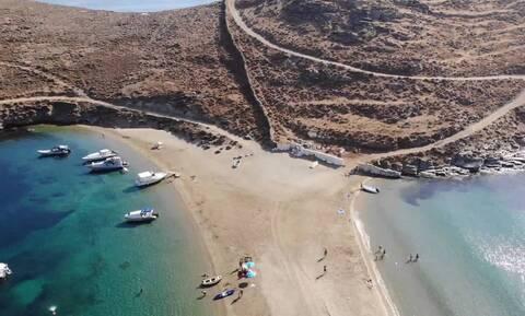 Κύθνος: Η εντυπωσιακή δίδυμη παραλία του νησιού (video)