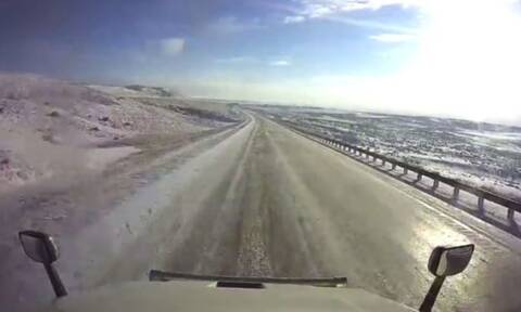Οδηγούσε σε χιονισμένο δρόμο και ξαφνικά… ήρθαν όλα τούμπα!