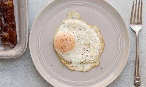 Το απόλυτο κόλπο για να μην σπάει ο κρόκος στο τηγανητό αυγό!