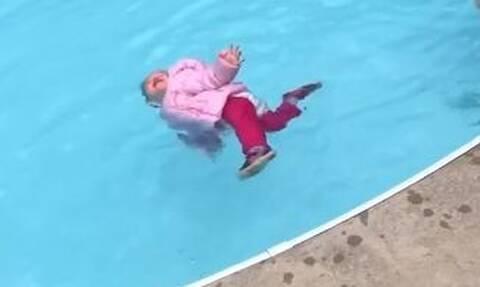 Δασκάλα πέταξε μωρό στο νερό με τα ρούχα!