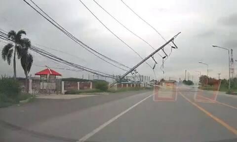 Απίστευτο: Τρακάρισμα προκάλεσε ντόμινο σε πυλώνες ηλεκτρισμού (vid)