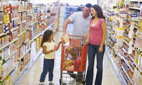 Греки стали меньше тратить на одежду, но увеличили расходы на продукты питания