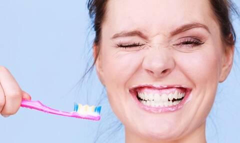 Θες να αποφύγεις τον κορονοϊό; Πλύνε πιο συχνά τα δόντια σου! (vid)