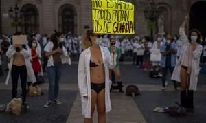Βαρκελώνη: Γιατροί έκαναν διαδήλωση μόνο με τα εσώρουχα μπροστά στο Δημαρχείο