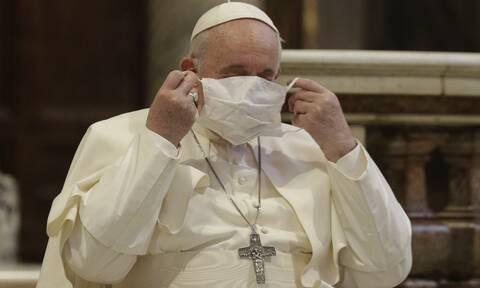 Κορονοϊός: Ο Πάπας φόρεσε μάσκα για πρώτη φορά σε δημόσια εκδήλωση