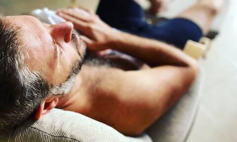 Αλέξανδρος Μπουρδούμης: Φιλιά & αγκαλιές στο κρεβάτι με τον γιο του