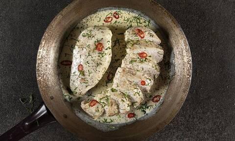 Άκης Πετρετζίκης: Κοτόπουλο αλά κρεμ με 4 υλικά
