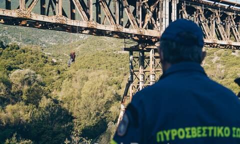 Γοργοπόταμος: Αλεξιπτωτιστής «κρεμάστηκε» από γέφυρα - Δείτε το λόγο (video)