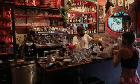 Κορονοϊός: Πώς θα φοράμε μάσκα σε καταστήματα εστίασης όπως καφέ, μπαρ και εστιατόρια