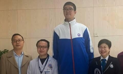 Αυτός είναι ο πιο ψηλός έφηβος στον κόσμο!