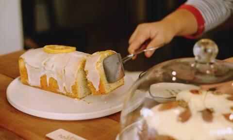 Συνταγή για να φτιάξετε νόστιμο κέικ λεμόνι (vid)