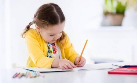 Έρευνα: Το γράψιμο με το χέρι, και όχι με το πληκτρολόγιο, κάνει τα παιδιά εξυπνότερα