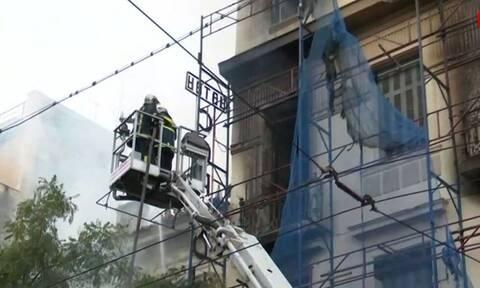 Φωτιά στον Κολωνό: Καίει από τα ξημερώματα - Επεκτάθηκε και σε δεύτερο κτήριο
