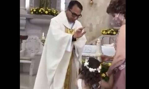 Ιεράς ευλογεί κοριτσάκι - Η αντίδρασή του θα σας κάνει να δακρύσετε από το γέλιο (vid)