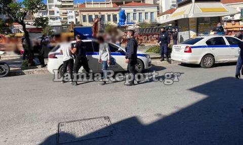 Λαμία: Ανήλικες ρομά παρενοχλούσαν ηλικιωμένο μέσα στην πλατεία